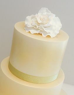 Wedding cake wirh gold shimmer and rose